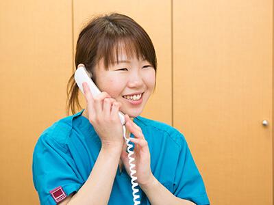 受付が電話応対・笑顔でお迎え